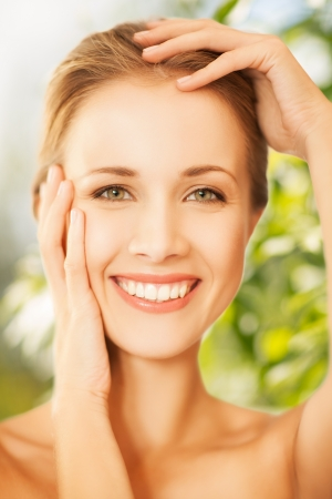 crème: bellezza e concetto di eco cosmetologia - bella donna sulla natura