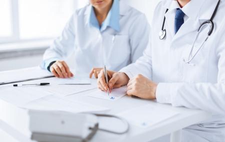 beeld van de arts en verpleegkundige schrijven voorschrift papier Stockfoto