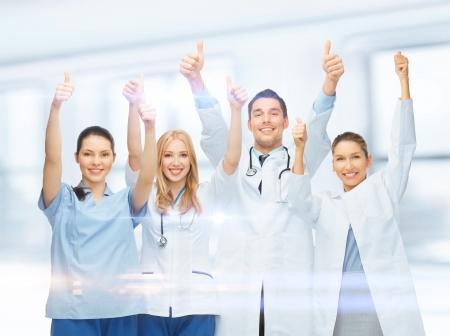 emergencia medica: asistencia sanitaria y m�dica - El equipo profesional joven o grupo de m�dicos que muestran los pulgares para arriba Foto de archivo