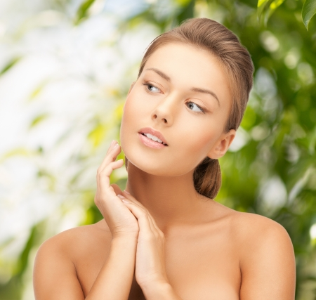 belleza y el concepto de eco cosmetolog�a - mujer hermosa en la naturaleza