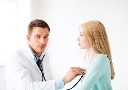 pulmon sano: Asistencia sanitaria y medicina - m�dico con estetoscopio para escuchar al paciente en el hospital Foto de archivo