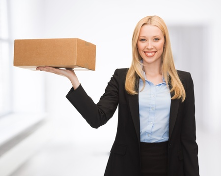 attractive young businesswoman delivering cardboard box indoor 版權商用圖片
