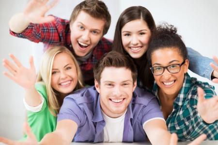 adolescentes estudiando: concepto de educaci? grupo de estudiantes en la escuela Foto de archivo