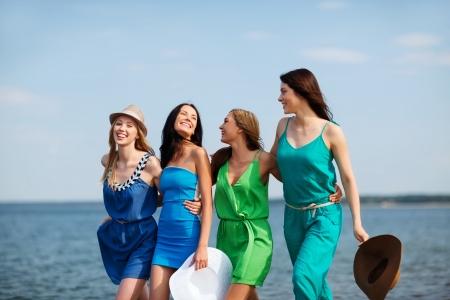 despedida de soltera: vacaciones de verano y vacaciones - niñas caminando por la playa