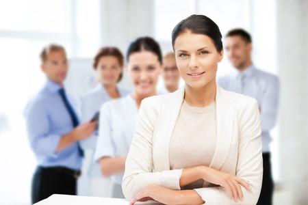 concept d'entreprise - jolie jeune femme d'affaires dans le bureau
