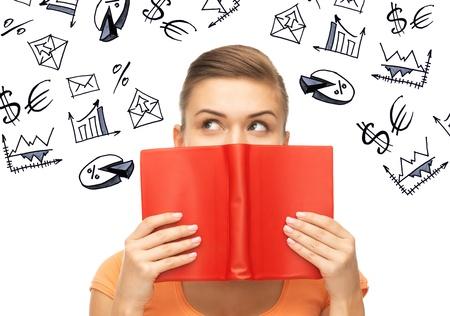 mujer pensativa: negocios, finanzas y economía - empresaria que estudian economía y finanzas