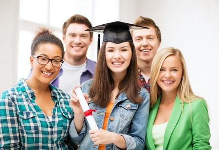 licenciatura: la educación y el concepto de la competencia - chica en la tapa de graduación con certificado y estudiantes Foto de archivo