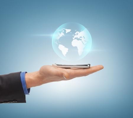 mundo manos: noticias, tecnología y medio ambiente concepto - mano del hombre con el mundo esfera
