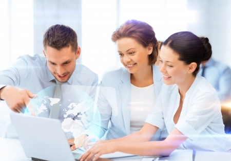 jovenes empresarios: tecnolog�a de negocios y el futuro - el trabajo en equipo de negocios con la pantalla virtual en el cargo