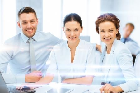 concept d'entreprise - L'équipe d'affaires travaillant avec Tablet PC et ordinateur portable au bureau