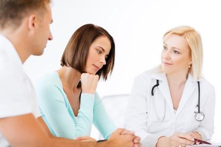 problemas familiares: la salud y el concepto m�dico - m�dico con los pacientes en el gabinete