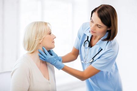 gezondheidszorg, medische en plastische chirurgie concept - plastisch chirurg of arts met patiënt