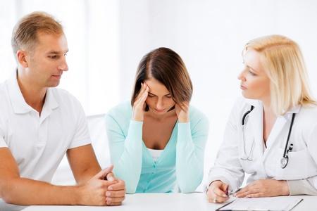 健康・医療コンセプト - キャビネットの患者と医師