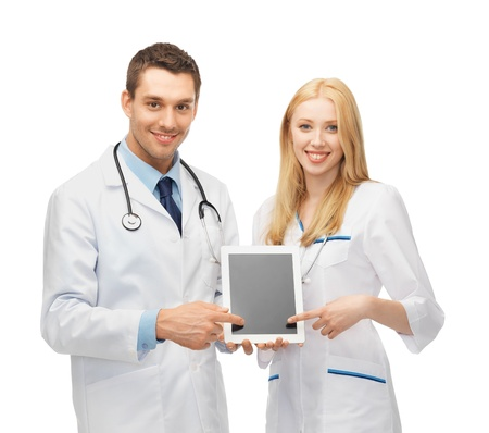 estudiantes medicina: dos médicos jóvenes que apuntan a tablet pc