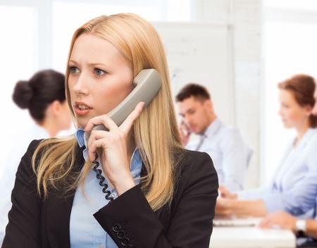 persona confundida: concepto de negocio y los problemas - mujer confusa argumentando en el teléfono móvil Foto de archivo