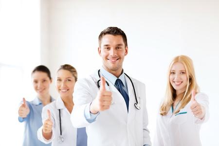 健康・医療 - 専門の若いチームまたはグループの医師に親指を表示