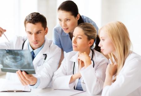 ヘルスケア、医療、放射線コンセプト - グループの医師が x 線を見る