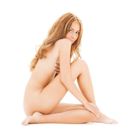 nudo di donna: immagine della bella donna nuda con i capelli lunghi, seduta sul pavimento