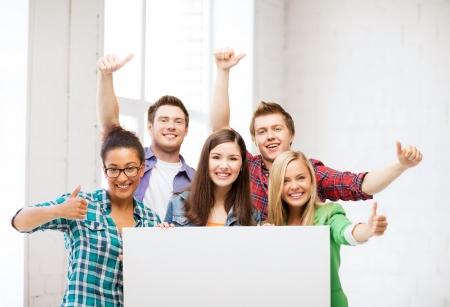 onderwijs concept - groep studenten op school met lege witte boord Stockfoto