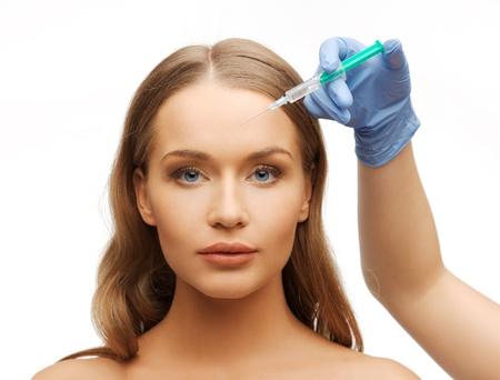 Schönheitsoperationen Konzept - Frau Gesicht und Kosmetikerin Hand mit Spritze Standard-Bild - 21277009