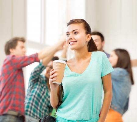 mujer tomando cafe: concepto de educaci�n - estudiante holding llevarse la taza de caf� en la universidad