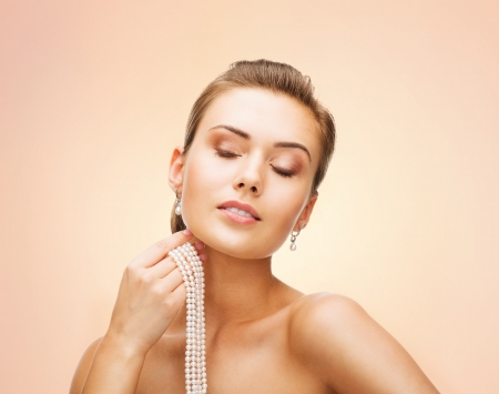 bangles hand: beauty and jewelery concept - beautiful woman with pearl earrings and necklace Stock Photo