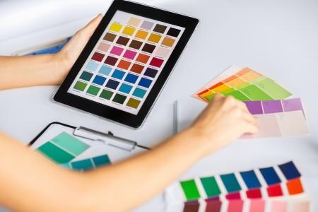 design d'intérieur, rénovation et le concept de la technologie - femme travaillant avec des échantillons de couleur pour la sélection