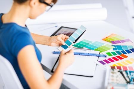 interieur en renovatie concept - vrouw die werkt met kleur monsters voor de selectie Stockfoto