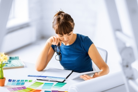 Diseño de interiores, renovación y tecnología concepto - mujer que trabaja con muestras de color para la selección Foto de archivo - 21573342