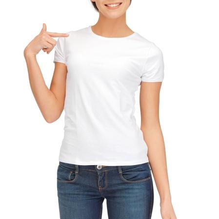 camisa: concepto de dise�o t-shirt - Mujer en la camiseta blanca en blanco