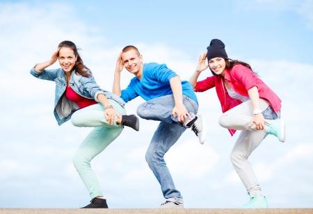 Le sport, la danse et le concept de la culture urbaine - groupe d'adolescents dansant Banque d'images - 21574378