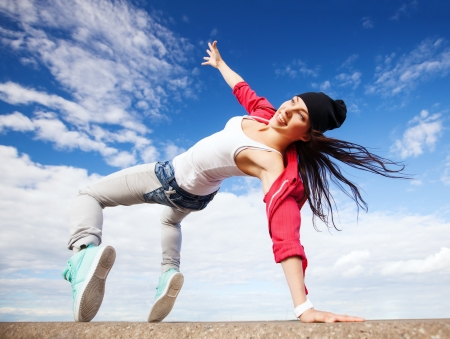 baile hip hop: deporte, el baile y el concepto de cultura urbana - hermosa chica bailando en movimiento Foto de archivo