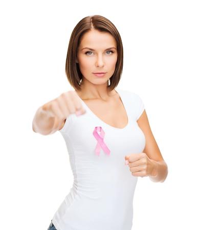 医療・医学・乳房がんコンセプト - ピンクがんリボンを持つ女性