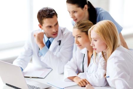 Asistencia sanitaria, médica y tecnología concepto - grupo de médicos mirando portátil Foto de archivo - 21574998