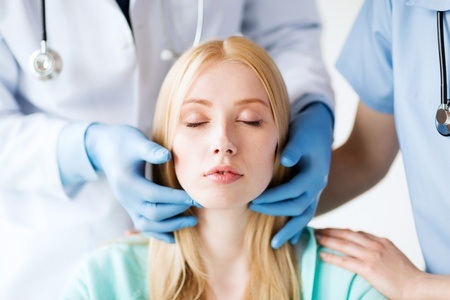 la santé, le concept de chirurgie médicale et plastique - chirurgien plasticien ou un médecin avec le patient Banque d'images