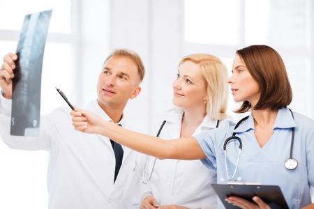 colonna vertebrale: sanit�, medicina e radiologia concetto - medici guardando x-ray Archivio Fotografico