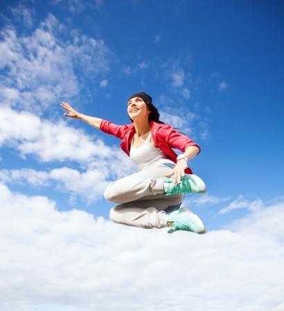 sport, dans en stedelijke cultuur concept - mooie dansende meisje springen