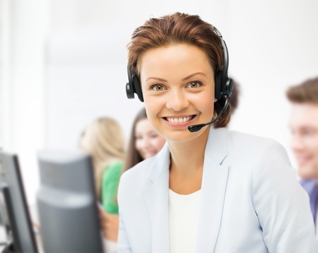 ビジネスとコール センター コンセプト - ヘルプライン ヘッドフォン コール センターでのオペレーター