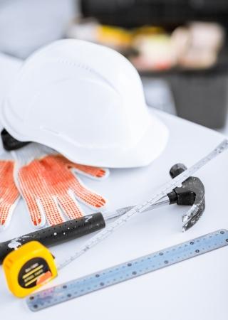 cintas metricas: la arquitectura y la rehabilitación de viviendas concepto - blueprint, ruller flexibles, casco y un martillo