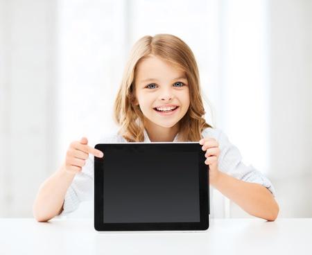 éducation, école, de la technologie et internet concept - petite fille d'étudiant avec votre Tablet PC à l'école