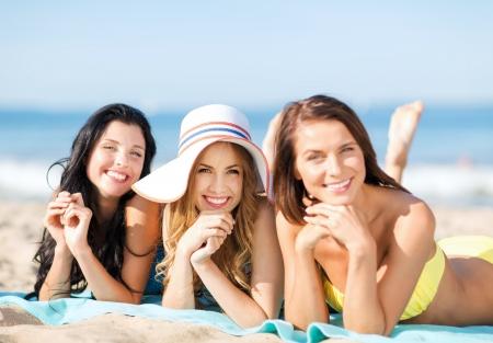 해변에서 일광욕 비키니 소녀 - 여름 휴가 및 휴가