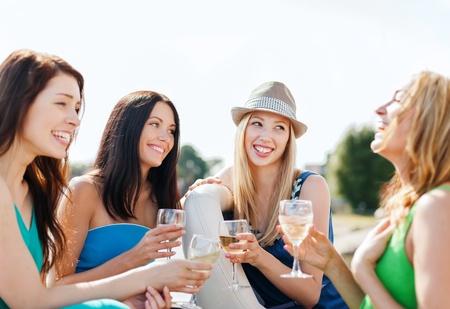 kobiet: Letnie wakacje i urlop - dziewczyny z kieliszkami do szampana na łodzi lub jachtu