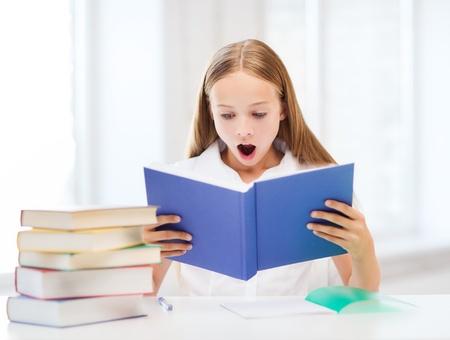 교육 및 학교 개념 - 작은 학생 소녀 공부하고 학교에서 책을 읽고