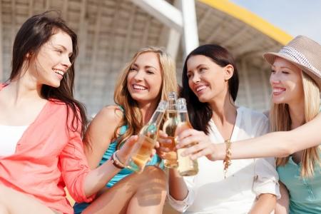 zomervakantie en vakantie - meisjes met een drankje op het strand