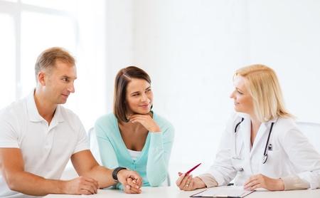Gesundheitswesen und medizinische Konzept - Arzt mit Patienten im Schrank