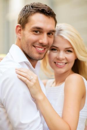 anillo de compromiso: vacaciones de verano, la celebración y el concepto de la boda - joven pareja de novios en la ciudad Foto de archivo