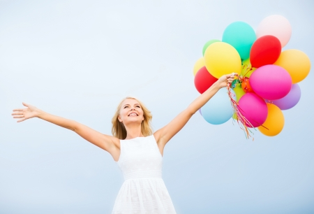 gente celebrando: vacaciones de verano, la celebración y el concepto de estilo de vida - hermosa mujer con globos de colores exteriores