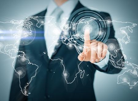 concept d'affaires, de technologie, d'internet et de réseautage - homme d'affaires en appuyant sur le bouton avec contact sur des écrans virtuels