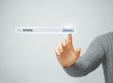 technologie, zoek-systeem en internet concept - mannelijke hand te drukken knop Zoeken Stockfoto