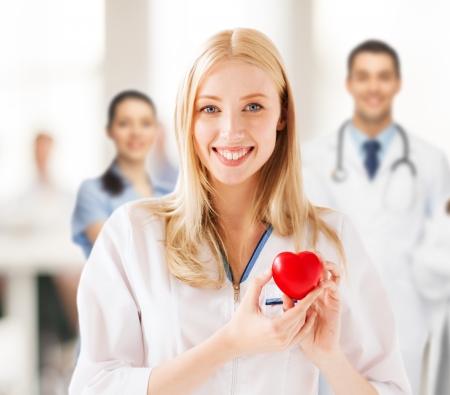 cardiopatia: la salud y el concepto m�dico - doctora con el coraz�n